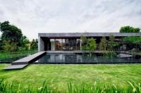 THE WALL HOUSE : CẢNH SẮC XANH TRONG HAI KHỐI NHÀ / FARM STUDIO