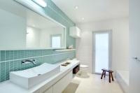 Thổi bay oi bức ngày hè với phòng tắm xanh trắng mát dịu